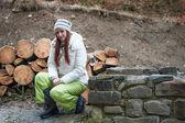 женщина возле каменной стены — Стоковое фото
