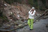 молодая женщина на горной реке — Стоковое фото