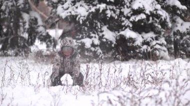 Child throwing snow — Stock Video