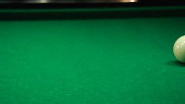 Witte ballen op de baal — Stockvideo