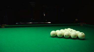 Zwarte bal splitst witte ballen — Stockvideo