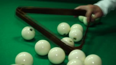 Ballen verzameld in een piramide voor het begin van het spel — Stockvideo