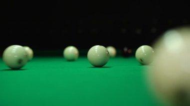 Botsing ballen op een biljarttafel — Stockvideo