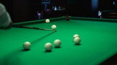 Cue en ballen in Biljart — Stockvideo