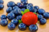 Bunch of bluberries and strawberry on a table — Stock Photo