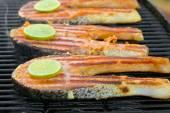 Filé de salmão fresco com limão cozido sobre uma grelha — Fotografia Stock
