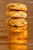 Tas de délicieux biscuits croquants sur papier brillant, jaune — Photo