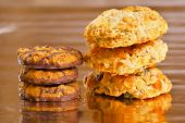 Pile of tasty crunchy cookies on yellow glossy paper — Foto Stock