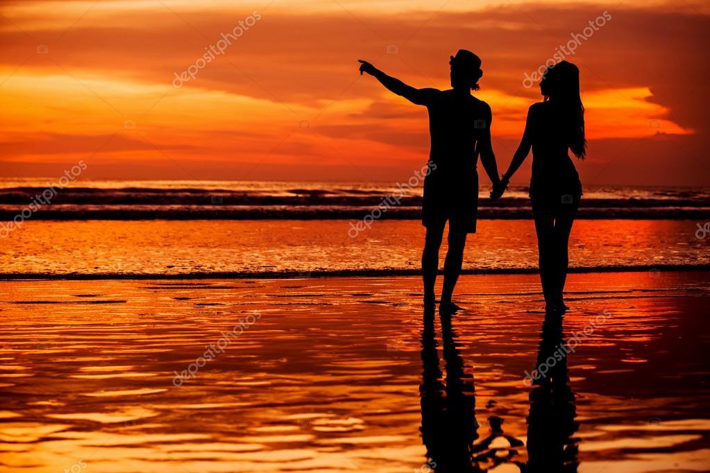 Silueta De Joven Pareja En Amor Paraiso En La Playa Con