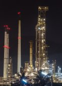 Oil refinery manufacturing industry — Stock Photo