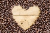 Heart love space for sample text of coffee beans on wood — Stock fotografie