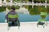 Man reading in Tuileries garden in Paris — Stock Photo