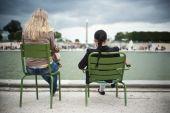 Girls in Tuileries garden in Paris — Stock Photo