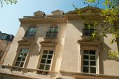 Típico edifício de paris antigo em paris - frança — Fotografia Stock