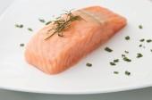 Posta de salmão com ervas aromáticas — Fotografia Stock
