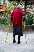 Paris - Frankrijk - 15 kan 2013 - oude vrouw in de straat — Stockfoto