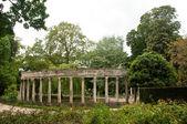 Ancient architecture in Monceau Park  in Paris — Foto de Stock