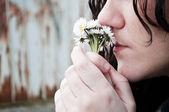 Kvinna på daisy på munnen — Stockfoto