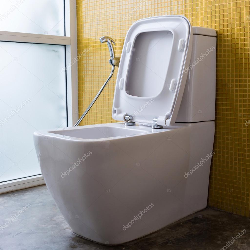 weiße toilette spülen und gelb mosaik wandgestaltung — stockfoto