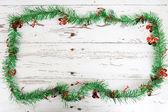Vánoční dekorace na bílé dřevo zvětralé pozadí — Stock fotografie