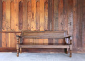 Vnitřní prostor s dřevěnou stěnou a dřevěné lavice — Stock fotografie