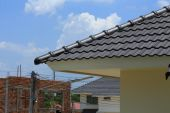 Tile roof on a new house with blue sky — Stock Photo