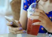 Mujer utilizando un teléfono inteligente — Foto de Stock