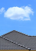 Tile roof on a new house with blue sky — Stockfoto