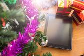 Schwarz Tablet auf Tisch Holz mit Weihnachtsdekoration — Stockfoto