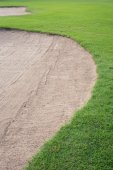 Sand bunker and green grass of golf course — Stockfoto