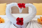 White swans made from towels on bed in the hotel — Stock fotografie