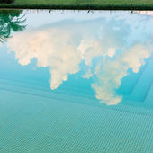 Reflection sky and tree of water in swimming pool — Stockfoto