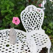 Set of white furniture with table and chairs decorated in backya — Stock Photo