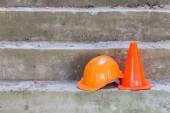 Casco de seguridad naranja y cono en construcción — Foto de Stock