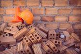 Bouw helm veiligheid en schuin uitlopend in bouwplaats — Stockfoto