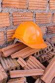 Budowlanych hełm bezpieczeństwa dla ochrony pracownika od wypadku — Zdjęcie stockowe