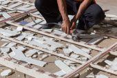Man arbetstagaren reparera stål staket med elektrisk såg verktyg — Stockfoto