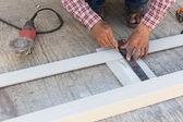 Snickare använda linjal för att rita en linje på en trä styrelse — Stockfoto