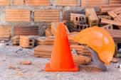 Konstruktion hjälm säkerhet och kon i byggarbetsplatsen — Stockfoto