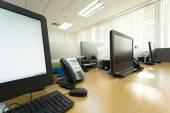 Tavolo di lavoro in ufficio con il telefono e il computer pc — Foto Stock