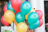 Barevné bubliny s vesele oslavují strana pozadím — Stock fotografie