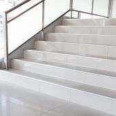 Escaleras blancas de oficina moderna — Foto de Stock