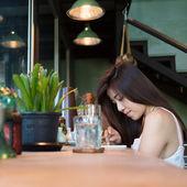妇女生活方式使用手机在咖啡馆的咖啡厅 — 图库照片
