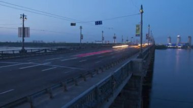 Evening bridge traffic timelapse — Stock Video