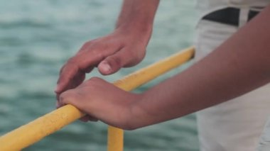 Hand in hand. Couple on the beach. — Stock Video