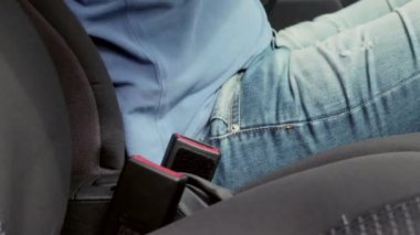 The Driver Wear a Seat Belt Sitting in The Car. A man dressed in blue shorts and T-shirt. — Stock Video
