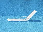 Křeslo jasné vody v bazénu — Stock fotografie