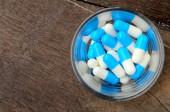 Medizin kapsel pille in glas — Stockfoto