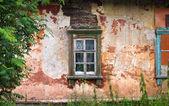 Alte schmutzige Holzfenster auf altes Haus — Stockfoto