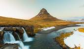 Beauty of Kirkjufell mountain with water falls — Stock Photo